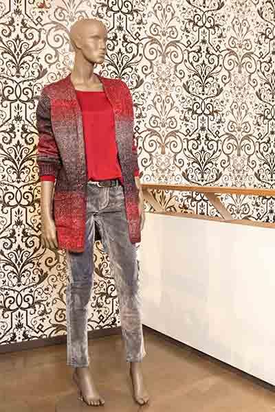 Schaufenster Puppe mit grauer Jeans und grau-roter Jacke von Veneziano