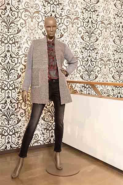 Schaufenster Puppe mit Jeans und grauer Jacke von Veneziano