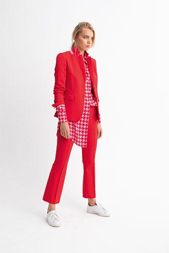 Frau in roten Klamotten der Veneziano Frühjahrs Kollektion
