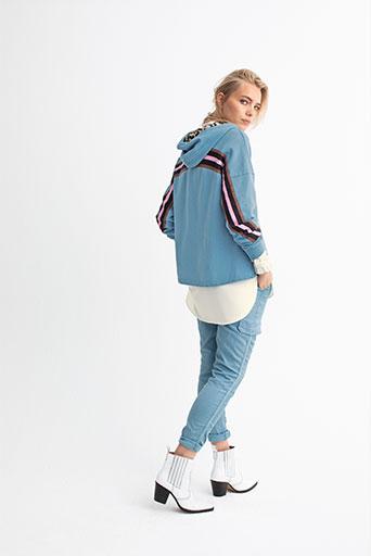 Frau in Jeans und blauer Jacke der Veneziano Frühjahrs Kollektion