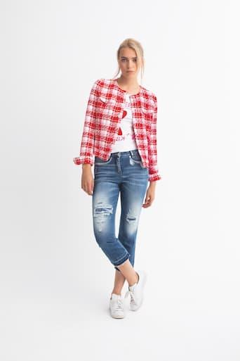 Blondes Model in Jeans, weißen schuhen und weiß-rot kariertem Hemd